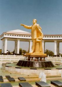 Türkmənbaşının Qıpcakdakı heykəli